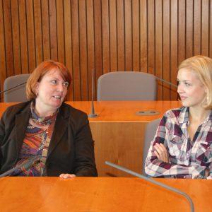 Im Dialog: Die SPD-Landtagsabgeordnete Britta Altenkamp mit ihrer Vertreterin Carla Scheytt beim 4. Jugend-Landtag in NRW