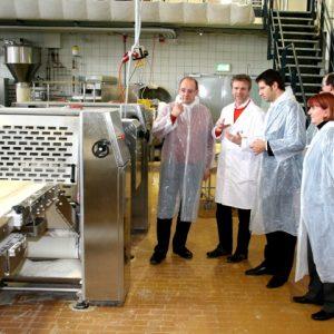 SPD-Politiker begutachten Innovation in Essen: André Stinka MdL, Klaus Peter (Geschäftsführer Bäcker Peter), Thomas Eiskirch MdL und Britta Altenkamp MdL (von links nach rechts)