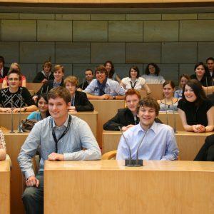 Arne Berner (2. von links) als Jugend-Landtags-Teilnehmer im Plenarsaal des Landtags NRW